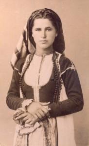 Fotografije nošnji. Crnogorka, seljanka, ista u paru na slici 55309.