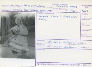 Folklorna građa hrvatskih sela u Slovačkoj; Devinska Nova Ves, 1966.: Mlada žena u narodnoj nošnji.