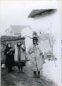 Poklade. Maškara sa volovskim rogovima. Stipe Zvončarević maskiran s rogovima. Folklorna građa Otoka i Nijemaca, 1965.