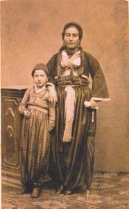 Fotografije nošnji. Hercegovka, muslimanka s djevojčicom.