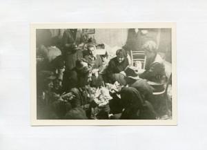 Pjesme i priče iz Lomnice, 1963.: Komušanje kukuruza. Kazivač Stjepan Stepanić (r. 1920., čuvar u Muzeju Turopolja), istraživačica Maja Bošković-Stulli i ukućani.
