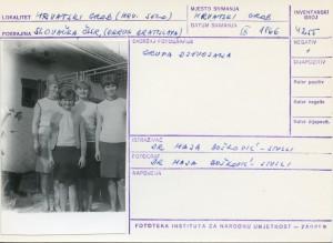 Folklorna građa hrvatskih sela u Slovačkoj; Devinska Nova Ves, 1966.: Grupa djevojaka