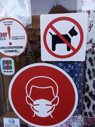 Znak zabrane ulaska psa u zagrebačku trgovinu + COVID-19 maska