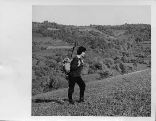 Aleksandra (Saša) Muraj prilikom etnološkog  istraživanja i prikupljanja muzejskih predmeta u Žumberku, 1963.