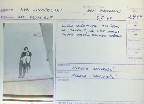 Pokladni običaji u Novom Vinodolskom i Bribiru, 9.2. 1964; Lutka mesopusta izložena na