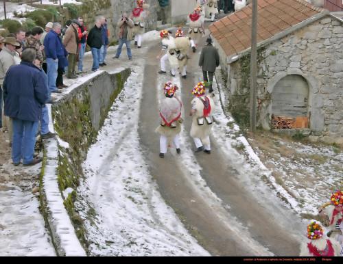 Karneval. 2005.: Zvončari iz Rukavca u ophodu na Zvoneće (Škrapna)