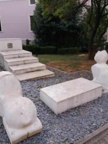 Eros Čakić: Noina arka, 2008., u parku Dubrovačke bratovštine u čast talijanskoga kantautora  Sergia Endriga; dvanaest metara dugačka skulptura koja predstavlja lađu, Noinu arku,  s mačkom i psom