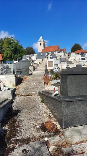 Pogled s juga na groblje i kapelu sv. Margiete, Peršaves