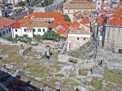 15th International Ethnological Food Research Conference: Mediteranean Food and It's Influence Abroad, Dubrovnik, 27. rujan - 3. listopad 2004.: Pogled na staru gradsku jezgru - ruševni temelji