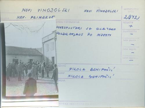 Pokladni običaji u Novom Vinodolskom i Bribiru, 9.2. 1964;  Mesopustari sa glazbom pozdravljaju po mjestu.
