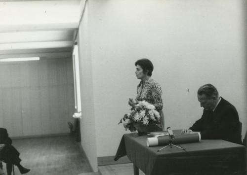 Proslava 85 godina života dr. Vinka Žganca.  Etnografski muzej u Zagrebu, 1975. Direktorica Instituta dr. Dunja Rihtman-Auguštin pozdravlja, dr. Zoran Palčok sjedi za stolom.