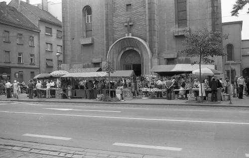 Godišnji običaji. Proštenje ispred Petrove crkve u Vlaškoj ulici.